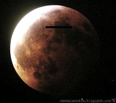 Глаза лунного лика прикрыты полоской