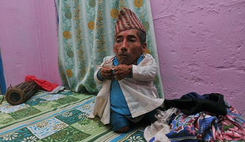 عجوز يسعى ليفوز بلقب أقصر رجل في العالم