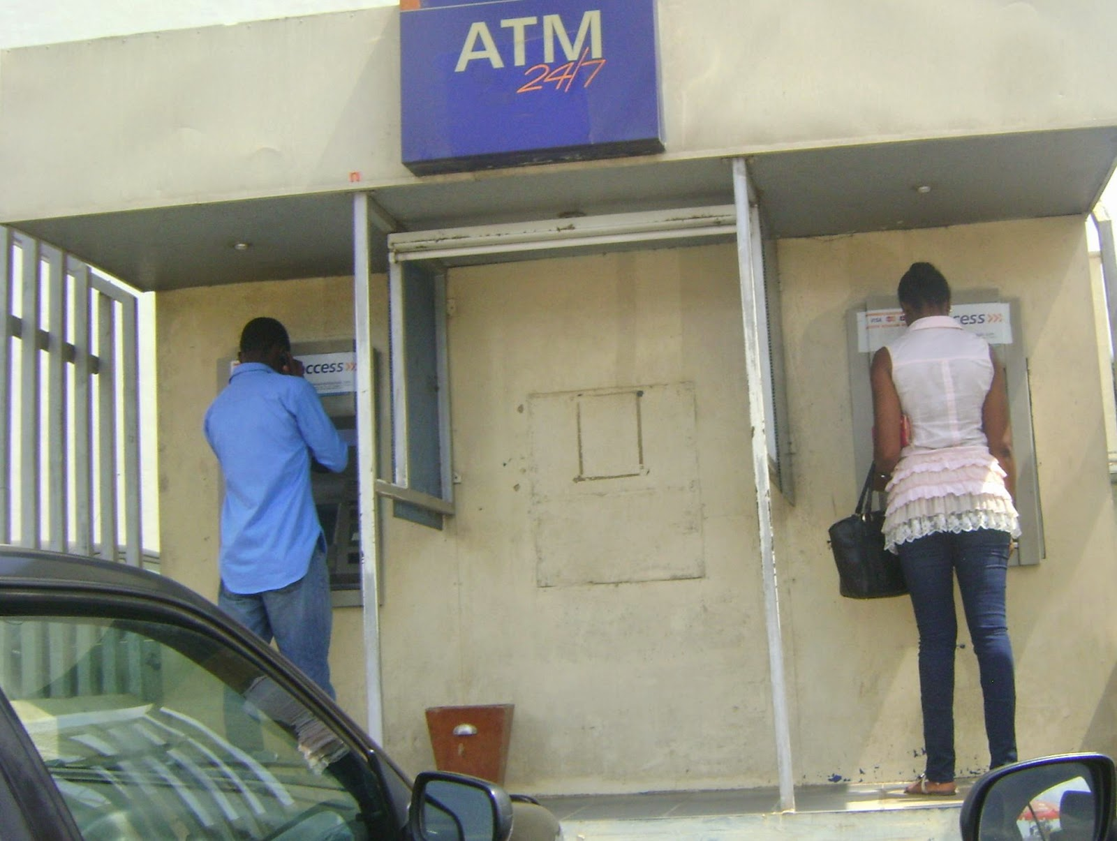 10 tips to avoid being robbed when using an ATM machine, a must see!
