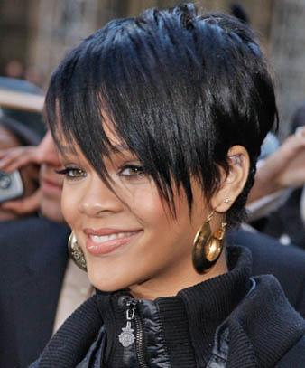 Rihanna bu defa mohawk kesimi siyah saçlarının üst kısmını yan tarafa doğru atmış ve marjinal ve çılgın görünümünün yanısıra oldukça kışkırtıcı bir görünüm elde etmiştir.