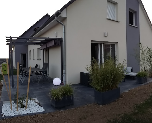Terrasse design et contemporaine (dalles noires, anthracite, carrelage grès cerame 20mm)