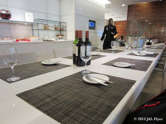 Japan Airlines Business Class Trip Report on JL061: Dining area inside oneworld Business Class lounge at LAX TBIT