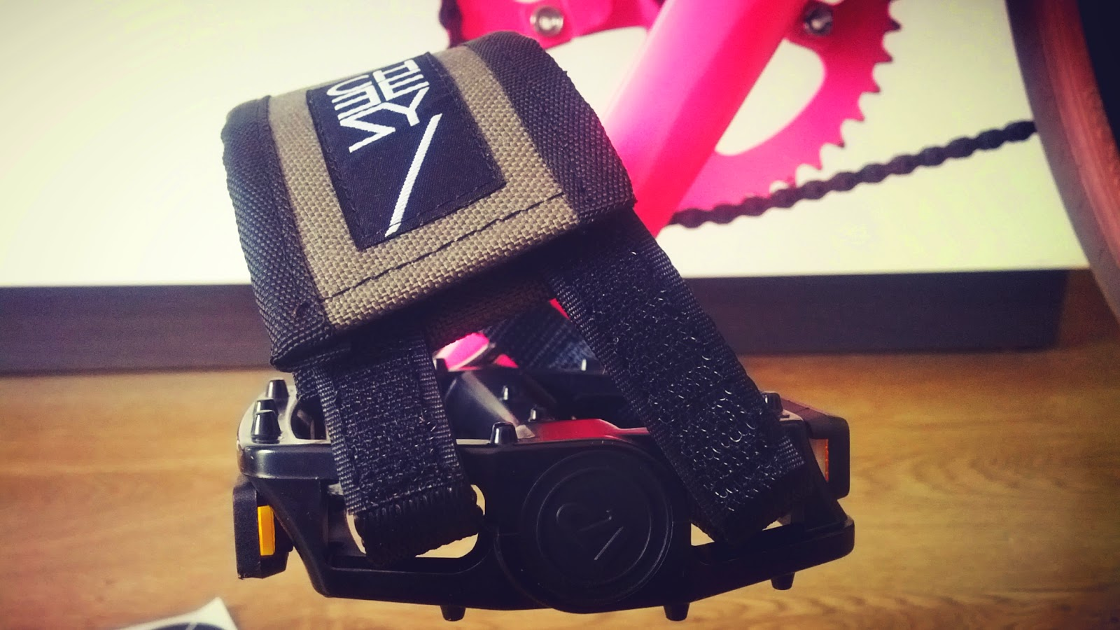 PRODUCT REVIEW: Cheesy pedalstraps and framepad for your fixie