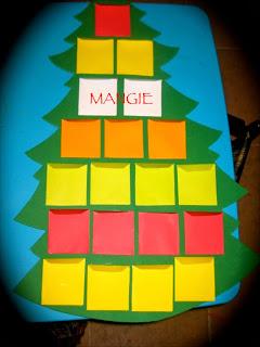 Sobres pegados silueta árbol navidad