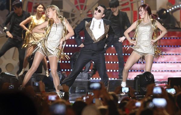 PSY membuat persembahan pada konsert untuk meraikan Formula Satu di Litar Antarabangsa Korea di Yeongam semalam.