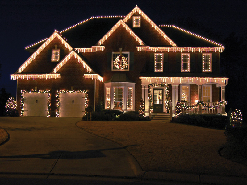Outdoor Christmas Lights Ideas For The Roof | Exterior christmas ...