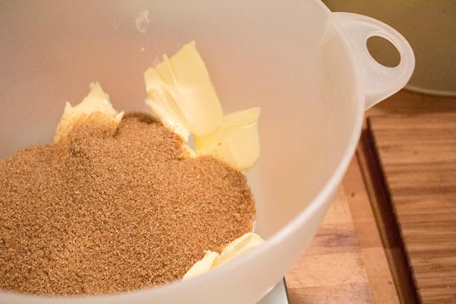 Schüssel mit braunem Zucker und Butter