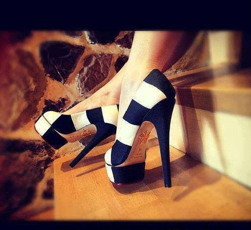 Çizgili topuklu ayakkabı