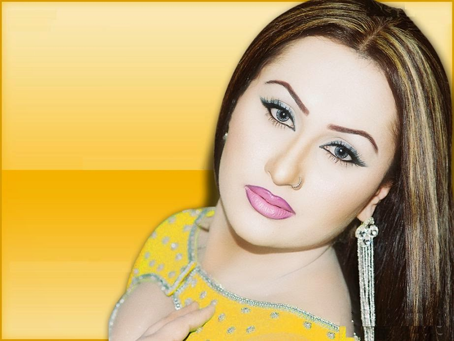 LUCKY LEONE PERFORMING DESI LOOK  PRIVATE MUJRA PARTY