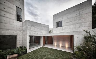 Vista de la fachada de moderna casa de hormigón expuesto