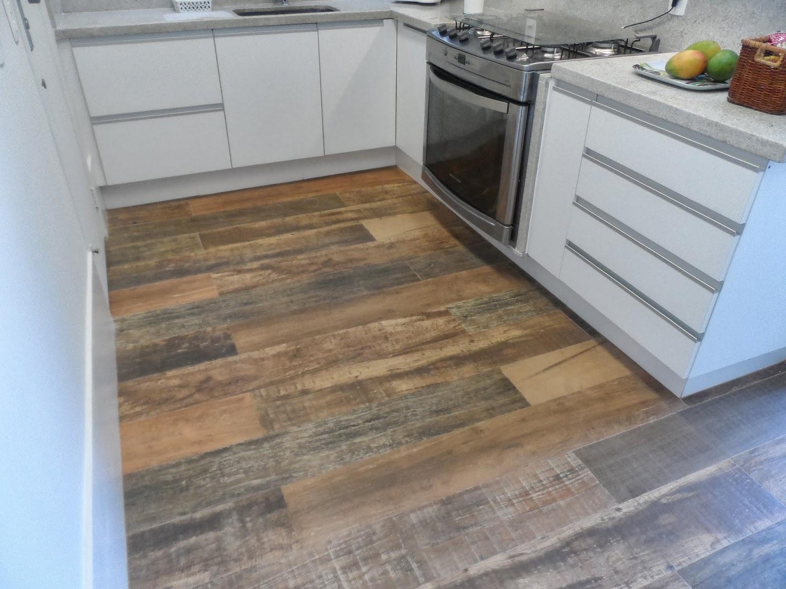 Depois: piso porcelanato imitando madeira de demolição e rodapé de  #426289 1600x1200 Banheiro Com Piso Porcelanato Imitando Madeira
