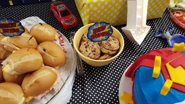 diy superhero table food ideas, superhero party decorations, superhero cake design, eventsojudith