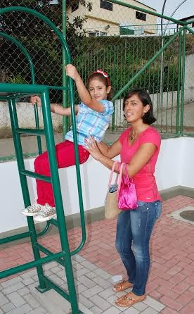 Simone Quintanilha, moradora de Bonsucesso, e a filha Gabriela, comemoram a entrega da praça