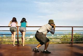 turista tira foto da paisagem natural