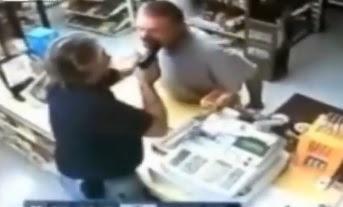 encargado apuntando con la pistola al ladrón