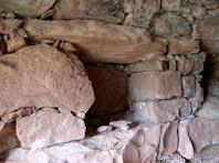 Detall dels dos forats, a mode de prestatgeries, de l'interior de la segona barraca del Serrat del Moro