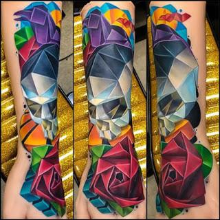 Tatuagem diamante de rosas e caveiras