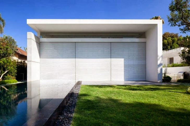 Closed facade of White Ramat Hasharon House by Pitsou Kedem Architects