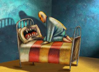 Travesseiro com dentes pontiagudos esperando homem se deitar