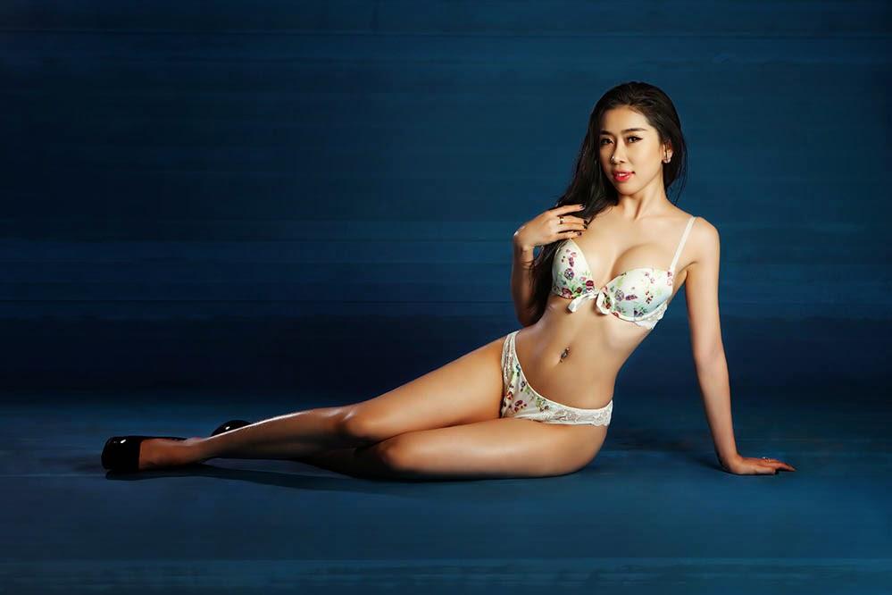 Đốt mắt với bộ hình bikini của á khôi Trịnh Thanh Hồng