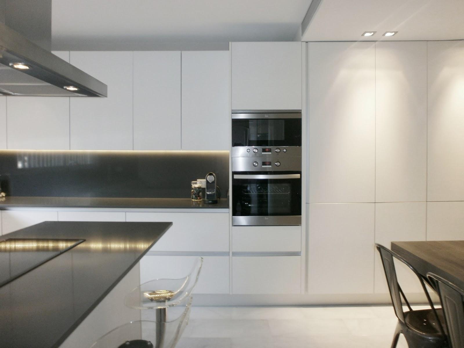 Encantadora cocina blanca independiente con isla y office for Cocinas modernas blancas con peninsula