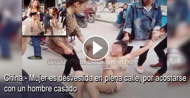 INSÓLITO - Mujer es desnudada en plena calle por acostarse con un hombre casado