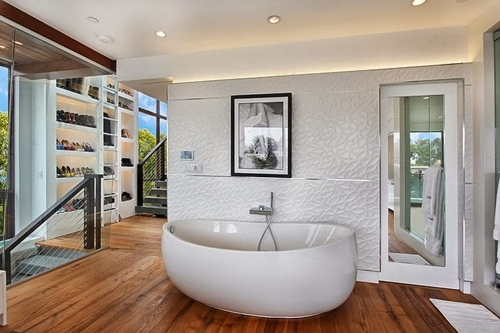 Bath tub in Incredible 604 Acacia House by Brandon Architects