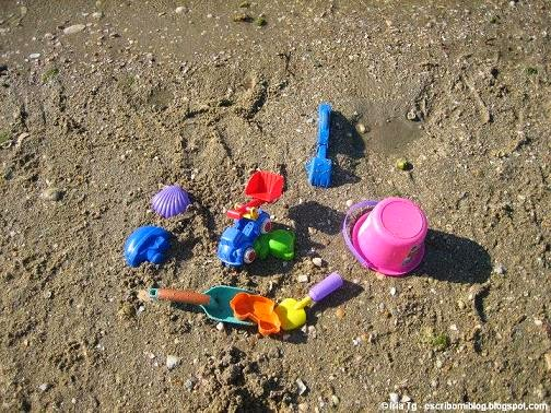 Juguetes en la arena de la playa