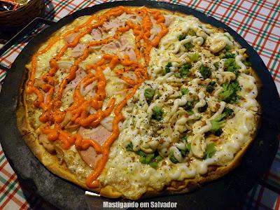 Celeiro Restaurante e Pizzaria: Pizza metade Peru defumado com Cheddar e Provolone metade Brocolis com Catupiry, Champignon e Alho crocante