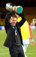 Simeone con la Supercopa de Europa