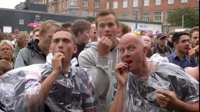 1000 personnes goûtent 1000 piments très forts tous en même temps ! foule en douleur!