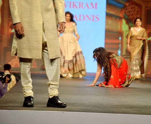 Latest News of Formaer Actress Poonam Dhillon falls while ramp walk