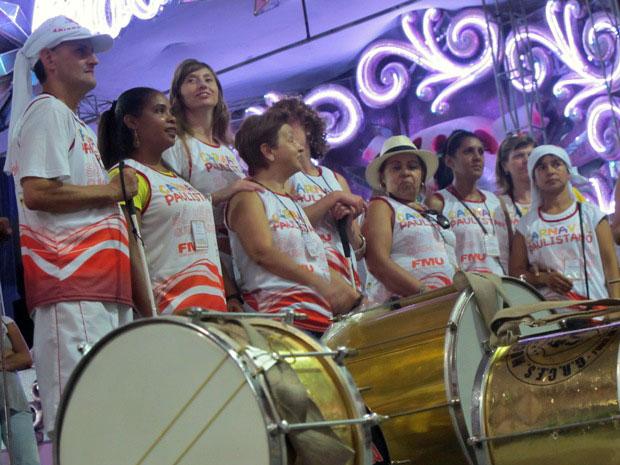Em frente aos instrumentos, o grupo aguardava ansiosamente as explicações sobre a bateria da escola