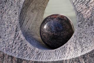 Eine Steinkugel als Symbol für die innere Mitte und das eigene Gleichgewicht.