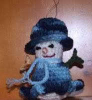 http://translate.googleusercontent.com/translate_c?depth=1&hl=es&rurl=translate.google.es&sl=en&tl=es&u=http://cobblerscabin.wordpress.com/happy-hookin/snowwoman-ornament-4-12-free-crochet-pattern/&usg=ALkJrhiHHCIU38n0uxCCaCgfHascd542bw