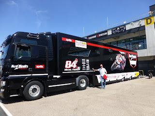 camion del equipo aprilia en motorlan aragon