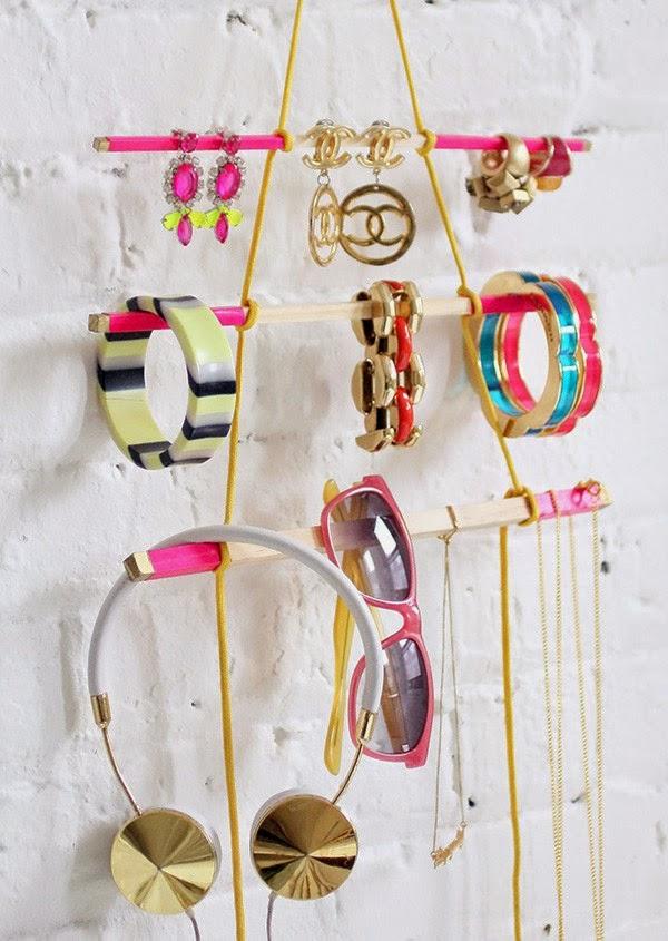 colgador de accesorios con palitos de madera mimundomanual