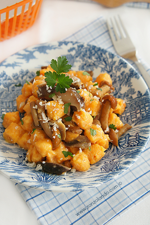 Gnocchi di carote ai funghi trifolati ricetta light - carrot gnocchi with mushrooms recipe low carb veggie