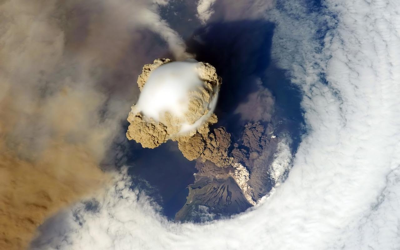 http://1.bp.blogspot.com/-zpxn5yXMyfs/Tdup6LH_CQI/AAAAAAAAAA0/PpWli1NqMGU/s1600/volcanic-eruption-1280-800-5141.jpg