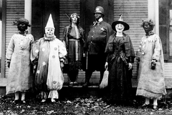 fotografia antigua de un grupo de personas disfrazadas en halloween