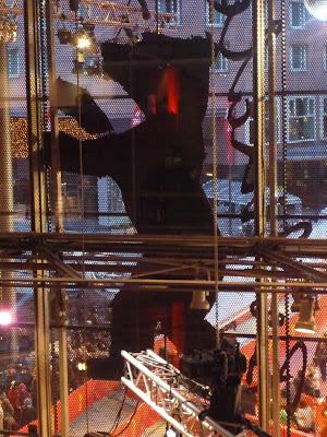 """""""Die Rückseite des Dekors"""": Berlinalebär auf der Fassade, gesehen von innen durch die Glaswand hindurch."""