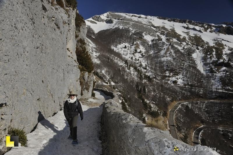 valérie blachier en raquettes à neige sur le chemin muletier du col du rousset photo blachier pascal au delà du cliché