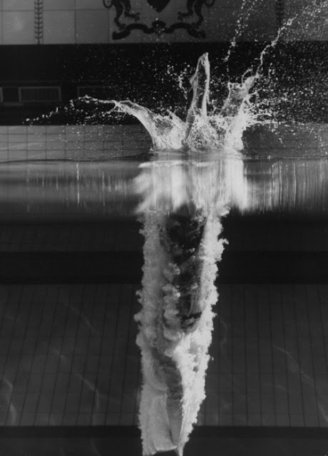 Atleta entrando al agua