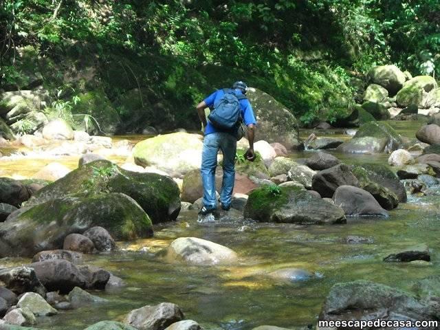 Checa cruzando el río Shilcayo (Cordillera Escalera, Perú)