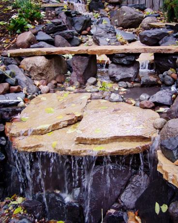 Diseno-Patio-rustico-con-cascada