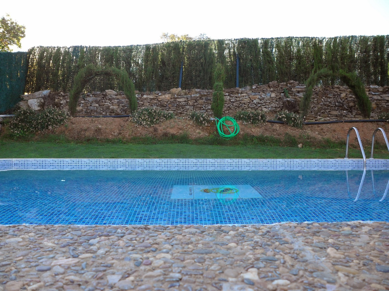 Vivienda rural la lieva aracena piscina fotos for Piscina huerta de lara
