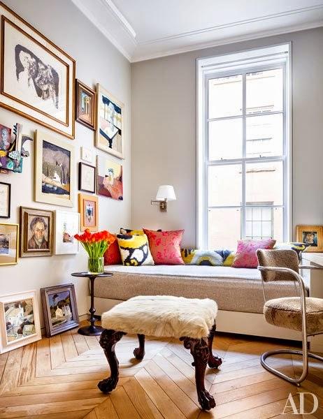 decorar con cuadros cojines de colores y silla retro