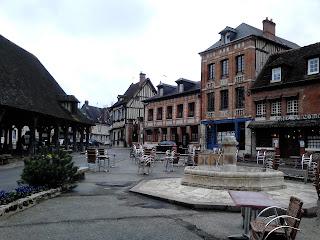 place de Lyons la Forêt voyage en Normandie