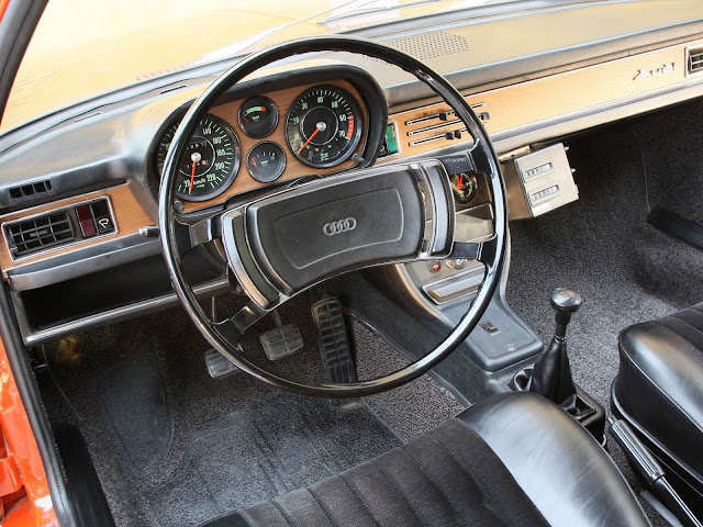 Audi 100 - primeira geração - interior