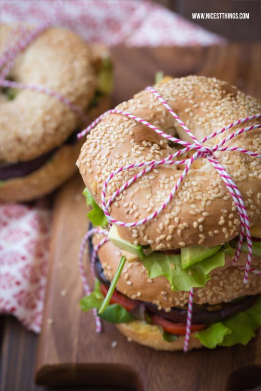 Das beste Bagel Rezept mit Körnern, Aubergine, Hummus und Avocado #bagel #bagels #foodblogger #rezept #burger #avocado #bagelrecipe #aubergine #hummus